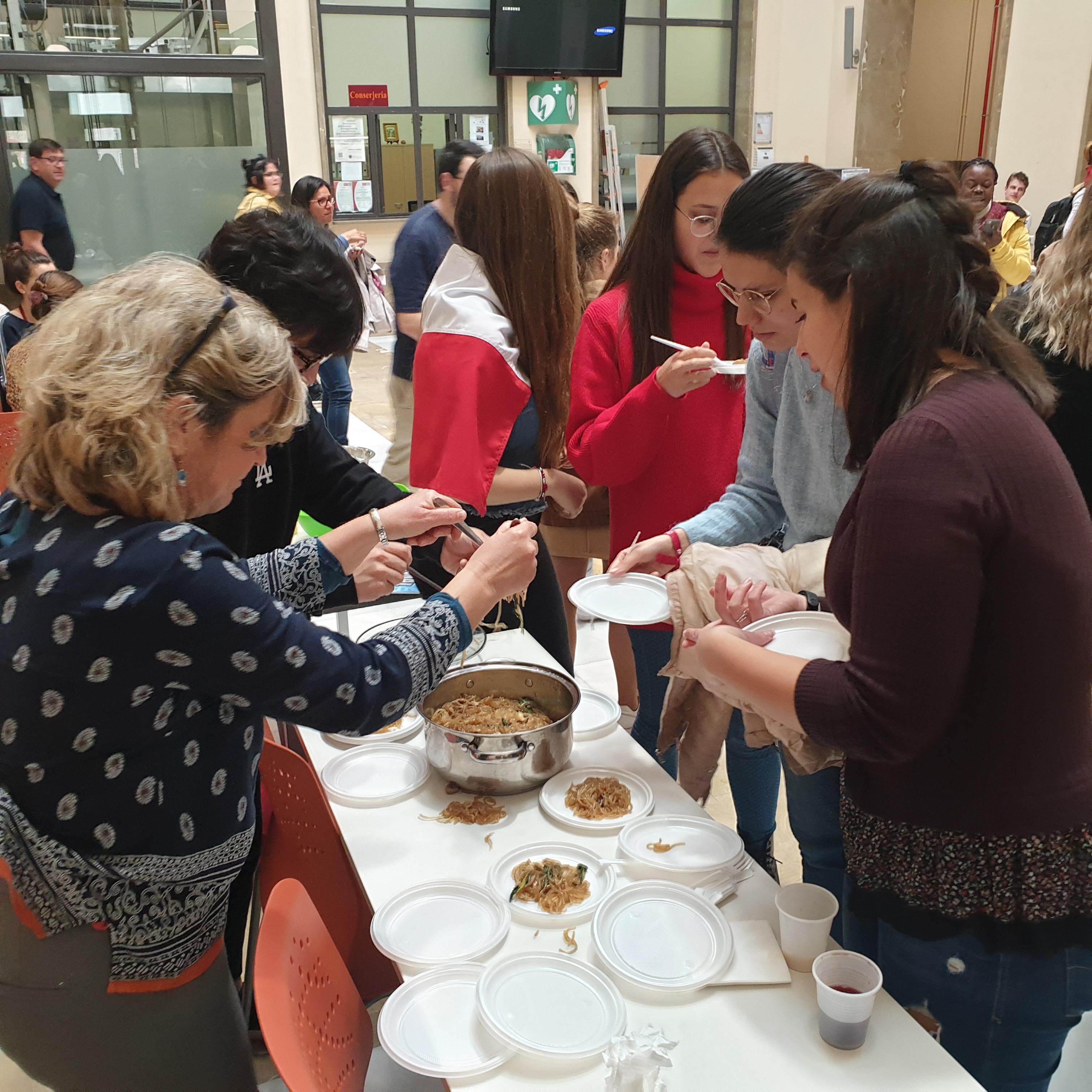 스페인 그라나다 대학교의 International Cultural Fair 행사 사진입니다. 음식을 학생들에게 나누어주고 있었습니다.
